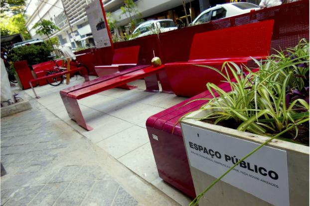 Extensão da calçada promove lazer e aquece comércio local